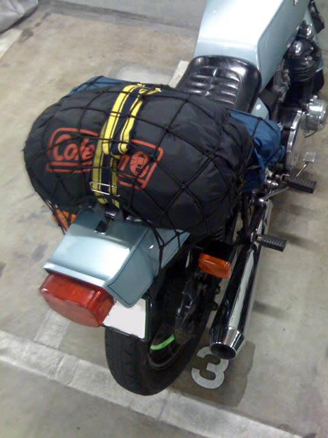 ベルトの上にキャンプ道具などの荷物を載せ、ベルトを締めると、ゴムとタン... 「 ロングツーリン